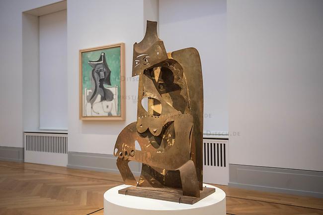 """Die Ausstellung """"Picasso. Das spaete Werk"""" wird vom 9. Maerz bis 16. Juni 2019 im Potsdamer Museum Barberini gezeigt.  Alle Leihgaben, Gemaelde, Keramiken, Skulpturen und Graphiken von Pablo Picasso (1881–1973), stammen aus der Sammlung Jacqueline Picasso (1927–1986).<br /> In der von Gastkurator Bernardo Laniado-Romero getroffenen Auswahl befinden sich zahlreiche Werke, die erstmalig in Deutschland gezeigt werden sowie einige, die zum ersten Mal in einem Museum praesentiert werden.<br /> Im Bild: """"Frau mit Hut"""", Metallblech, Cannes 1961.<br /> 7.3.2019, Potsdam<br /> Copyright: Christian-Ditsch.de<br /> [Inhaltsveraendernde Manipulation des Fotos nur nach ausdruecklicher Genehmigung des Fotografen. Vereinbarungen ueber Abtretung von Persoenlichkeitsrechten/Model Release der abgebildeten Person/Personen liegen nicht vor. NO MODEL RELEASE! Nur fuer Redaktionelle Zwecke. Don't publish without copyright Christian-Ditsch.de, Veroeffentlichung nur mit Fotografennennung, sowie gegen Honorar, MwSt. und Beleg. Konto: I N G - D i B a, IBAN DE58500105175400192269, BIC INGDDEFFXXX, Kontakt: post@christian-ditsch.de<br /> Bei der Bearbeitung der Dateiinformationen darf die Urheberkennzeichnung in den EXIF- und  IPTC-Daten nicht entfernt werden, diese sind in digitalen Medien nach §95c UrhG rechtlich geschuetzt. Der Urhebervermerk wird gemaess §13 UrhG verlangt.]"""