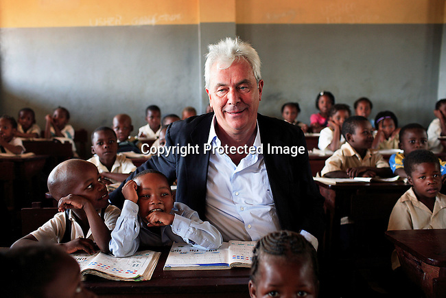 "Peter Kraemer with students in a primary school called ""12 Outubro"" during a visit on June 15, 2006 in Maputo, Mozambique..Photo: Per-Anders Pettersson For Stern Magazine.."