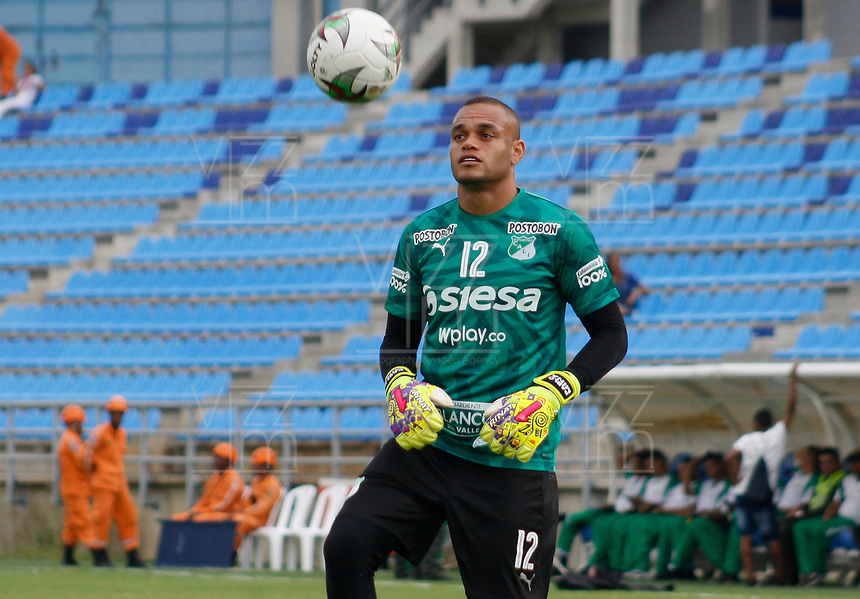 SANTA MARTA - COLOMBIA, 10-08-2019: Pablo Mina arquero del Cali calienta previo al partido por la fecha 5 de la Liga Águila II 2019 entre Unión Magdalena y Deportivo Cali jugado en el estadio Sierra Nevada de la ciudad de Santa Marta. / Pablo Mina goalkeeper of Cali warm up prior the match for the date 5 as part Aguila League II 2019 between Union Magdalena and Deportivo Cali played at Sierra Nevada stadium in Santa Marta city. Photo: VizzorImage / Gustavo Pacheco / Cont