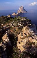 Spanien, Balearen, Ibiza, Blick auf die Insel Es Vedra, Wachturm Torre del Pirata