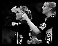 EHF Champions League Handball Damen / Frauen / Women - HC Leipzig HCL : SD Itxako Estella (spain) - Arena Leipzig - Gruppenphase Champions League - im Bild: Natalie Augsburg und Sara Eriksson (r.) albern vor dem Spiel. Foto: Norman Rembarz .