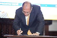 SAO PAULO. SP. 15 DE MARÇO DE 2013. ASSINATURA DE CONTRATO DE FINANCIAMENTO ENTRE SABESP E BNDS. O governador de São Paulo, Geraldo Alckmin, durante a assinatura de contrato de financiamento entre a Sabesp (Saneamento Basico do estado de Sao Paulo) e o BNDS (banco nacional de desenvolvimento) no valor de R$ 1,35 bilhão para o programa de Despoluição da Bacia do Rio Tietê - Etapa III. O evento aconteceu no Palacio dos Bandeirantes na tarde desta sexta feira. . FOTO ADRIANA SPACA/BRAZIL PHOTO PRESS