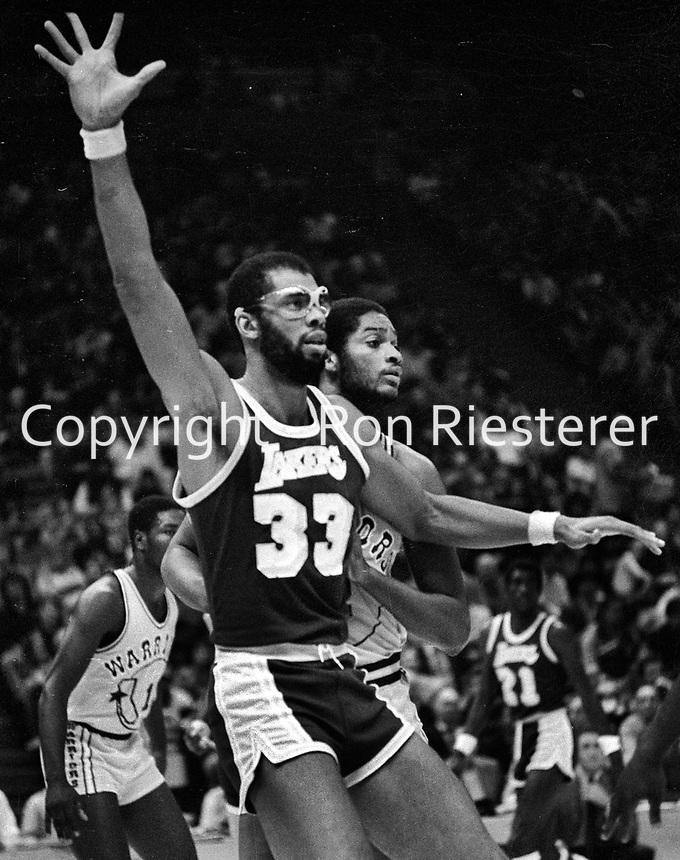 Lakers Kareen Abdul Jabbar against the Warriors.Joe Barry Carroll  (1981/photo/Ron Riesterer)