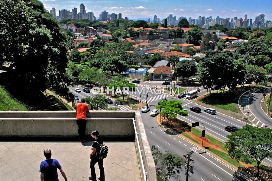 Escadaria do metrô e Avenida Sumaré. São Paulo. 2009. Foto de Juca Martins.