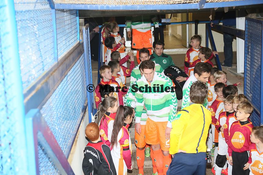 Einlaufkinder der TSG Worfelden und des SV Sankt Stephan Griesheim (r.) begruessen die Spieler aus Fuerth - SV Darmstadt 98 vs. SpVgg. Greuther Fuerth, Stadion am Boellenfalltor