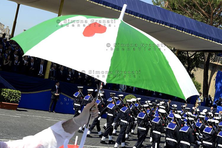 Roma, 2 Giugno 2015<br /> Bambine e bambini dipingono ombrelli tricolore.<br /> Via dei Fori Imperiali, il palco delle Autorit&agrave; al passaggio della parata militare.<br /> Festa della Repubblica, 69&deg; anniversario.