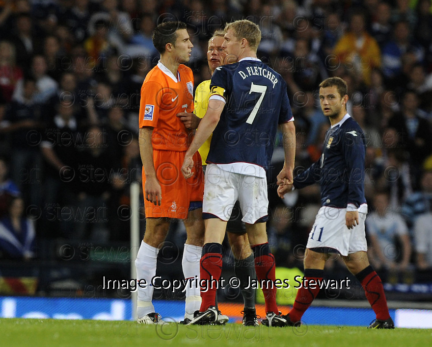 09/09/2009  Copyright  Pic : James Stewart.sct_jspa21_scotland_v_holland  .REFEREE CLAUS BO LARSEN GETS BETWEEN ROBIN VAN PERSIE AND DARREN FLETCHER AS THEY SQUARE UP TO EACH OTHER....James Stewart Photography 19 Carronlea Drive, Falkirk. FK2 8DN      Vat Reg No. 607 6932 25.Telephone      : +44 (0)1324 570291 .Mobile              : +44 (0)7721 416997.E-mail  :  jim@jspa.co.uk.If you require further information then contact Jim Stewart on any of the numbers above.........