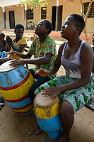 TOGO, Tohoun, orphange, girls playing drum / Waisenhaus, Musik und Tanz