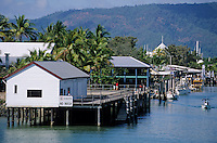 Océanie/Australie/Queensland/Port Douglas : habitat traditionnel a l'entrée du port