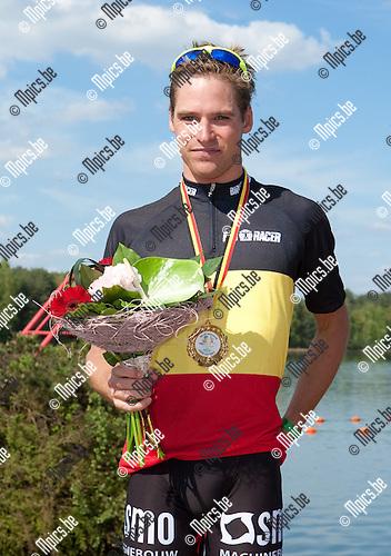 2013-05-05 / Thriathlon / seizoen 2013 / Sprint / Belgisch Kampioenschap / Mannen /  Simon De Cuyper ;  Belgisch kampioen Simon De Cuyper met de driekleur.