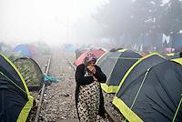 GRIECHENLAND, 08.03.2016, Idomeni. Internationale Fluechtlingskrise auf der Balkanroute: Fluechtlinge und Migranten sind in provisorischen Zeltlagern gefangen vor der geschlossenen Grenze zu Mazedonien. | International refugee crisis on the Balkan route: Refugees and migrants are trapped in makeshift tent-camps on the closed border to Macedonia.<br /> © Tomislav Georgiev/EST&OST