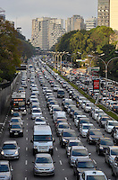 SAO PAULO, SP, 27 DE SETEMBRO DE 2013 – TRÂNSITO EM SÃO PAULO: Trânsito na Av. 23 de Maio, próximo ao Parque do Ibirapuera, zona sul de São Paulo na tarde desta sexta feira. FOTO: LEVI BIANCO - BRAZIL PHOTO PRESS.