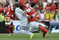 BOGOTÁ -COLOMBIA, 04-05-2014. Jose J de la Cuesta (Der) de Independiente Santa Fe disputa el balón con Jose Heriberto Izquierdo (Izq) del Once Caldas durante partido de vuelta por los cuartos de final de la Liga Postobón  I 2014 jugado en el estadio Nemesio Camacho el Campín de la ciudad de Bogotá./ Independiente Santa Fe player Jose J de la Cuesta (R) fights for the ball with Once Caldas player Jose Heriberto Izquierdo (L) during second leg match for the quarterfinals of the Postobon League I 2014 played at Nemesio Camacho El Campin stadium in Bogotá city. Photo: VizzorImage/ Gabriel Aponte / Staff