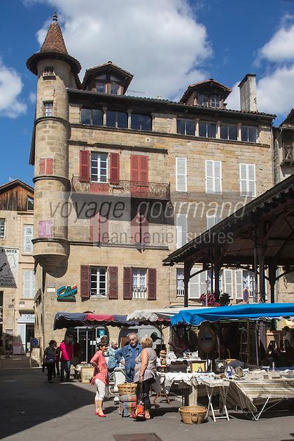 France, Midi-Pyrénées, Lot (46), Figeac:   Marché à la brocante, place de la halle, la maison Cisteron et sa tourelle.  // France, Midi Pyrenees, Lot),  Figeac: Secondhand trade on the hall place