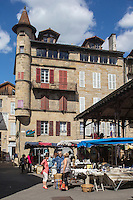 France, Midi-Pyrénées, Lot (46), Figeac:   Marché à la brocante, place de la halle, la maison Cisteron et sa tourelle.  // France, Midi Pyrenees, Lot),  Figeac: Secondhand trade on the hall place