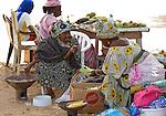 Africa, Afrika, Senegal, 17-09-2011, Dakar, Dakkar, Voor de kust van Dakar ligt het voormalige slaveneiland Isle de Goré. ( Goeree, uit het Nederlands) Tijdens de slavenhandel geregeerd door Nederlanders, en later over genomen door de Fransen.. Ook dit eiland staat op de UNESCO wereld erfgoed lijst. Vrouwen in traditionele klederdracht verkopen lokale produkten.. foto: michael Kooren/HH