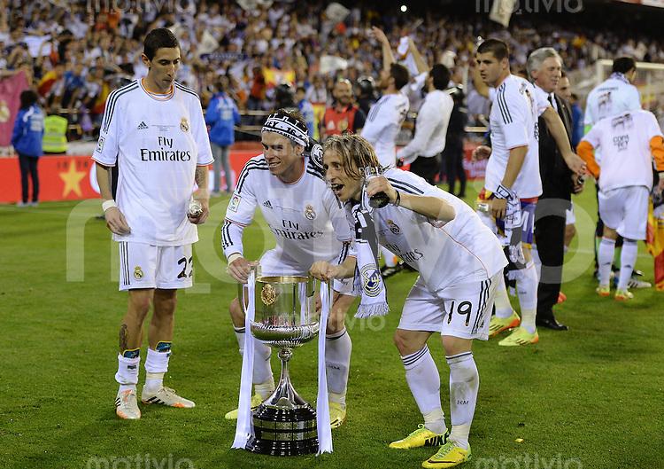 FUSSBALL  INTERNATIONAL Copa del Rey FINALE  2013/2014    FC Barcelona - Real Madrid            16.04.2014 JUBEL Real Madrid;  Angel Di Maria, Gareth Bale und Luka Modric (v.li.) jubeln mit dem Pokal