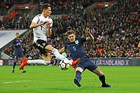 John Stones (England) klaert knapp vor Julian Draxler (Deutschland, Germany) - 10.11.2017: England vs. Deutschland, Freundschaftsspiel, Wembley Stadium