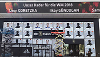 Nominierter Kader wird wie Panini-Bilder an die Front des Fußballmuseums geklebt. hier: Marco Reus, Manuel Neuer und Marc-Andre ter Stegen (Deutschland Germany) - 15.05.2018: Vorläufige WM-Kaderbekanntgabe, Deutsches Fußballmuseum Dortmund
