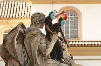 RIO DE JANEIRO, RJ, 03 SETEMBRO 2013 - MANIFESTANTES MASCARADOS PROTESTAM NA ALERJ -  Manifestantes mascarados protestam contra a lei de autoria do deputado estadual Paulo Melo e Domingos Brazão que proíbe manifestantes mascarados durante as manifestações  nessa terça 03. (FOTO: LEVY RIBEIRO / BRAZIL PHOTO PRESS)