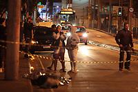 RIO DE JANEIRO, RJ, 03.04.2019: EXPLOSÃO-RIO - Uma pessoa morreu atingida por um cilindro de gás, após um carro explodir na noite deste sábado (04) na avenida Vicente de Carvalho no bairro de Vila da Penha, zona norte do Rio de Janeiro. A vítima estava filmando o veículo pegando fogo, quando houve a explosão sendo atingida pelo cilindro. (Foto: Celso Barbosa/Código19)