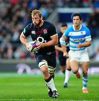 Chris Robshaw of England goes on the attack. Old Mutual Wealth Series International match between England and Argentina on November 26, 2016 at Twickenham Stadium in London, England. Photo by: Patrick Khachfe / Onside Images