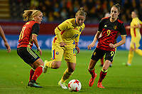 20171020 - LEUVEN , BELGIUM : Belgian Janice Cayman (left) and Tessa Wullaert (r) pictured defending on Romanian Maria Ciolacu (middle)  during the female soccer game between the Belgian Red Flames and Romania , the second game in the qualificaton for the World Championship qualification round in group 6 for France 2019, Friday 20 th October 2017 at OHL Stadion Den Dreef in Leuven , Belgium. PHOTO SPORTPIX.BE | DAVID CATRY