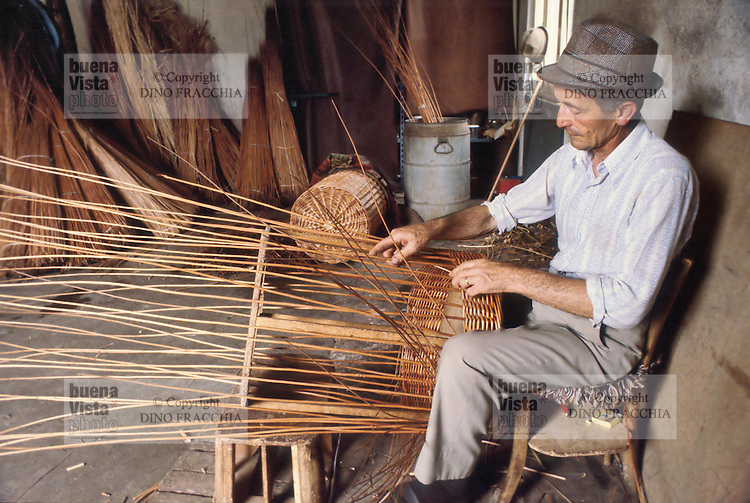 - craftsman weaves wicker baskets in the province of Bergamo (1980)....- artigiano intreccia cesti di vimini in provincia di Bergamo (1980)