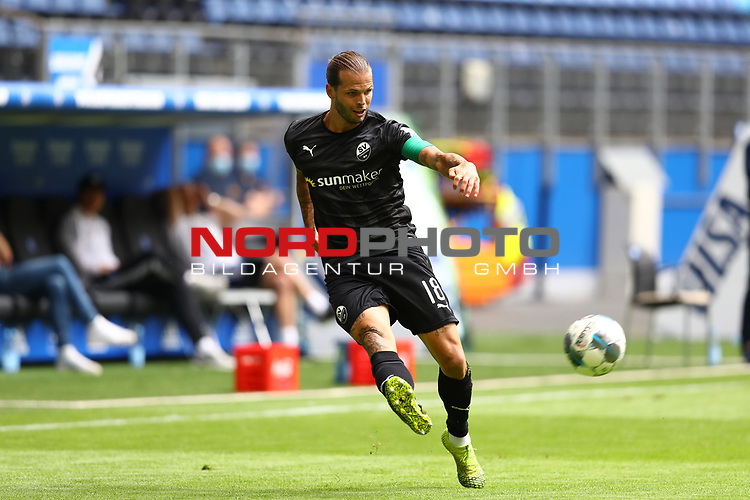 Sandhausens Dennis Diekmeier beim Spiel Hamburger SV gegen den  SV Sandhausen in Hamburg / 280620<br />