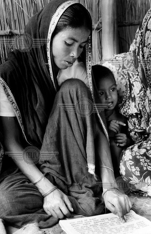 Heldur Netocny / Panos Pictures..Rangpur Province, BANGLADESH..Rural literacy class for woman in Kurigram district, run by Rangpur/Dinajpur Rural Service, a local NGO.