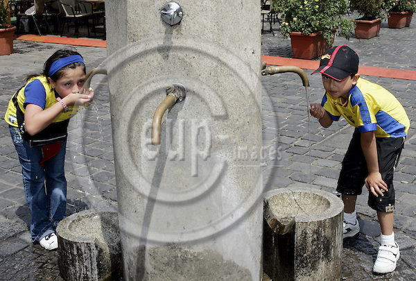 NÜRNBERG - GERMANY -- 16 JUNE 2006 -- FIFA Worldcup 2006. -- Young football supporters having a drink at the fountain in the center of Nuremberg. -- PHOTO:  JUHA ROININEN / EUP-IMAGES