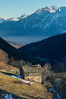Italie, Val d'Aoste, Vallée du Grand-Saint-Bernard , Étroubles: Hameau de Eternod Dessous et en fond la Tersina // Italy, Aosta Valley, Grand-Saint-Bernard valley, Etroubles: Hamlet Eternod Dessous and background Tersina