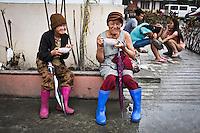 Old ladies of Tacloban enjoying the meal prepared by the sisters of the Divine World Hospital. <br /> <br /> Des vieilles dames de Tacloban appr&eacute;cient le repas pr&eacute;par&eacute; par les s&oelig;urs de l'h&ocirc;pital.