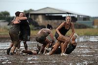 5. Matschfussball-Meisterschaft in Woellnau. Auf zwei gefluteten Aeckern wird alljaehrlich in Wöllnau (Woellnau) bei Eilenburg der Deutsche Matschfussball-Meister gesucht. Waehrend bei den Herren zehn Teams um die Schale kaempften, stritten bei den Damen vier Teams um die Ballnixe.  Ein feutfroehliches und dreckiges Spektakel, dass gut 1000 Besucher in die Duebener Heide gelockt hat. Am Ende durften bei den Herren das City Bootcamp jubeln. Sie verteidigten den Pott, bezwangen im Finale Battaune mit 3:2. Bei den Damen siegten die Volleyballerinnen aus Priestäblich (Priestaeblich).  im Bild: Jubel bei den Gestoert aber Geil Maedels aus Priestaeblich.    Foto: Alexander Bley