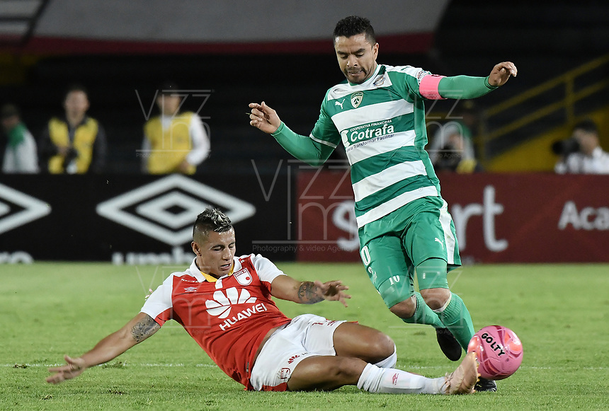 BOGOTÁ - COLOMBIA, 20-10-2018: Juan Daniel Roa (Izq.) jugador de Santa Fe disputa el balón con Stalin Motta (Der.) jugador de Equidad durante el encuentro entre Independiente Santa Fe y La Equidad por la fecha 16 de la Liga Águila II 2018 jugado en el estadio Nemesio Camacho El Campin de la ciudad de Bogotá. / Juan Daniel Roa (L) player of Santa Fe struggles for the ball with Stalin Motta (R) player of Equidad during match between Independiente Santa Fe and La Equidad for the date 16 of the Aguila League II 2018 played at the Nemesio Camacho El Campin Stadium in Bogota city. Photo: VizzorImage / Gabriel Aponte / Staff
