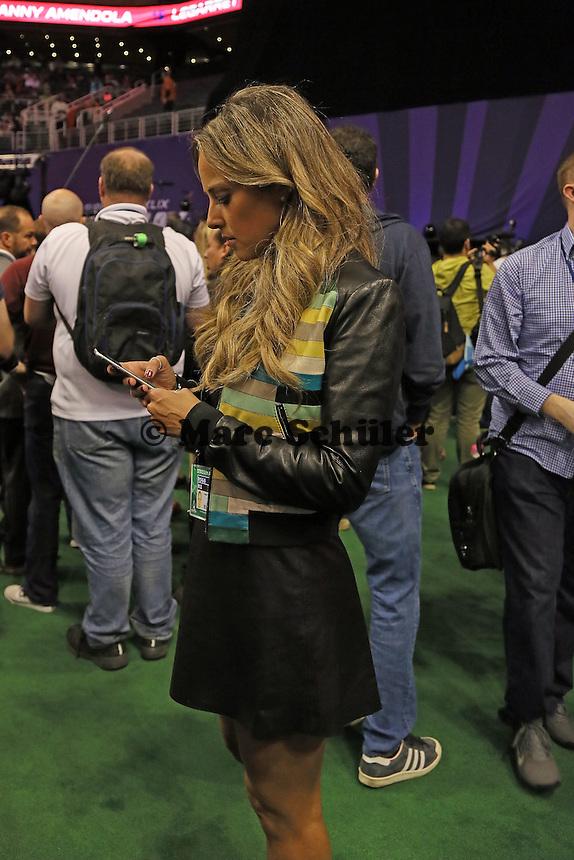 TV-Reporterin Vanessa Huppenkotten am Handy - Super Bowl XLIX Media Day, US Airways Center, Phoenix