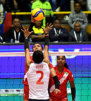 BOGOTÁ-COLOMBIA, 08-01-2020: Yeisy Soto de Colombia, intenta un bloqueo al ataque de balón a Diana de la Peña de Perú, durante partido entre Perú y Colombia en el Preolímpico Suramericano de Voleibol, clasificatorio a los Juegos Olímpicos Tokio 2020, jugado en el Coliseo del Salitre en la ciudad de Bogotá del 7 al 9 de enero de 2020. / Yeisy Soto from Colombia, tries to block the attack the ball to Diana de la Peña from Peru, during a match between Peru and Colombia, in the South American Volleyball Pre-Olympic Championship, qualifier for the Tokyo 2020 Olympic Games, played in the Colosseum El Salitre in Bogota city, from January 7 to 9, 2020. Photo: VizzorImage / Luis Ramírez / Staff.