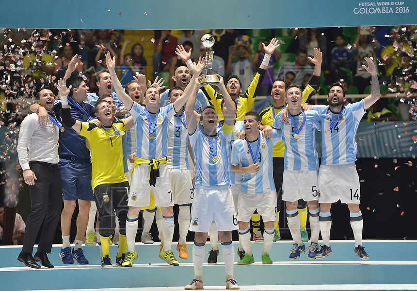 CALI -COLOMBIA-01-10-2016: Jugadores de Argentina levantan el trofeo como campeones después del encuentro entre Rusia y Argentina por la final de la Copa Mundial de Futsal de la FIFA Colombia 2016 jugado en el Coliseo del Pueblo en Cali, Colombia. / Players of Argentina lift the trhopy as champions after the match between Rusia and Argentina for the final of the FIFA Futsal World Cup Colombia 2016 played at Metropolitan Coliseo del Pueblo in Cali, Colombia. Photo: VizzorImage/ Gabriel Aponte / Staff