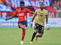 MEDELLÍN - COLOMBIA, 19-08-2018: Elvis Perlaza (Izq) jugador del Medellín disputa el balón con Fredy Hinestroza (Der) de Rionegro Aguilas durante el partido entre Deportivo Independiente Medellín y Rionegro Aguilas por la fecha 5 de la Liga Águila II 2018 jugado en el estadio Atanasio Girardot de la ciudad de Medellín. / Elvis Perlaza (L) player of Medellin vies for the ball with Fredy Hinestroza (R) player of Rionegro Aguilas during match between Deportivo Independiente Medellin and Rionegro Aguilas for the date 5 of the Aguila League II 2018 played at Atanasio Girardot stadium in Medellin city. Photo: VizzorImage / Leon Monsalve / Cont