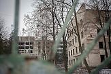 Inzwischen verlassenes ehemaliges Tuberkulose-Krankenhaus<br />der Stadt, ein riesiger Bau auf einer Anh&ouml;he &uuml;ber Balti,<br />gespenstisch in einem wuchernden Dickicht aus B&uuml;schen und<br />inzwischen hoch gewachsenen B&auml;umen. Die jetzige Tuberkulose-<br />Abteilung des Krankenhaus ist l&auml;ngst wieder mit der gestiegenen<br />Anzahl an Patienten &uuml;berfordert. // Moldova is still the poorest country of Europe. Hopes to join the European Union are high. After progress in the past years tuberculosis is on the rise again. The number of new patients raise since 2010 and is on a level that has not been reached since the late 90s.