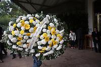 ITAPECIRICA DA SERRA,SP , 27 DE MAIO DE 2013. VELORIO ROBERTO CIVITA. Movimentação na entrada do velório do presidente do Grupo Abril, Roberto Civita. O empresário faleceu neste domingo de falencia multipla dos orgãos aos 76 anos. FOTO ADRIANA SPACA/BRAZIL PHOTO PRESS