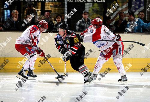 2010-03-20 / ijshockey / seizoen 2009-2010 / Herentals - Leuven / Raekelboom (Leuven) glipt tussen Mitch Morgan en Vincent Morgan (r) door..Foto: Mpics