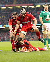 Pictured: Scott WIlliams of Wales scores a try, his team mates celebrate Saturday 14 March 2015<br />