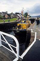 Europe/Grande Bretagne/Ecosse/Highland/Fort Augustus : Le canal calédonien et une de ses six écluses qui traverse le village et bateau