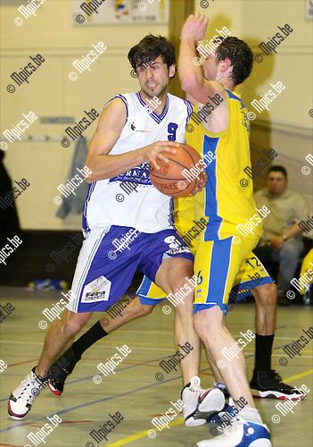 2009-04-18 / Basketbal / Turuka '90 Willebroek - Fera Bornem Basket / Laurenz Van den Keybus van Bornem loopt tegen Denis Van de Misselaer van Turuka op..Foto: Maarten Straetemans (SMB)