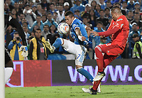 BOGOTA - COLOMBIA, 10-12-2017: Ayron del Valle (Izq) jugador de Millonarios disputa el balón con Anderson Zapata (Der) jugador de America de Cali durante partido por la semifinal vuelta de la Liga Aguila II 2017 jugado en el estadio Nemesio Camacho El Campin de la ciudad de Bogotá. / Ayron del Valle (L) player of Millonarios fights for the ball with Anderson Zapata (R) player of America de Cali during second leg match for the semifinal of the Liga Aguila II 2017 played at the Nemesio Camacho El Campin Stadium in Bogota city. Photo: VizzorImage / Gabriel Aponte / Staff.