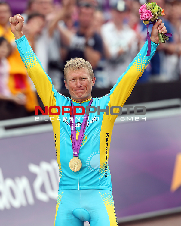 28.07.2012, Buckingham Palace, London, GBR, Cycling Road Race, im Bild<br /> Alexandr Vinukurov gewinnt das Stra&szlig;enrennen in London <br /> <br /> Foto &copy; nph / Mueller