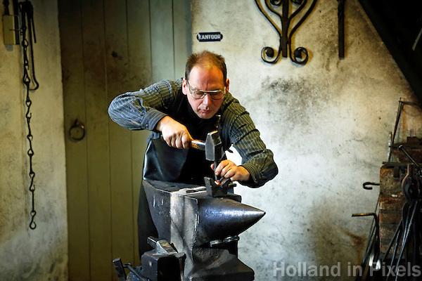 Nederland Arnhem 2015.  Het Nederlands Openluchtmuseum. Smid in de smederij. Foto Berlinda van Dam / Nederlandse Hoogte