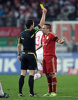 FUSSBALL   1. BUNDESLIGA  SAISON 2011/2012   12. Spieltag FC Augsburg - FC Bayern Muenchen         06.11.2011 Franck Ribery (FC Bayern Muenchen) bekommt von Schiedsrichter Felix Zwayer die Gelbe Karte gezeigt