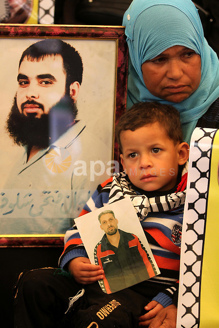 Palestinians gather during a protest at the Red Cross' offices in Gaza City to call for the release of Palestinian prisoners held in Israeli jails, on Nov. 28, 2011. Photo by Mjdi Fathi